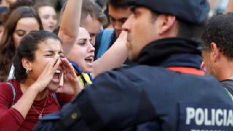 A woman shouts slogans against Spanish national police during a rally in Barcelona, 2 Oct 17