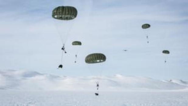 Jegertroppen troops in parachute training