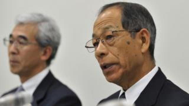 Former Olympus chairman Tsuyoshi Kikukawa (R)