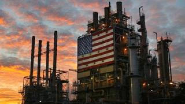 The Wilmington ARCO refinery in Los Angeles, California, 19 December 2003