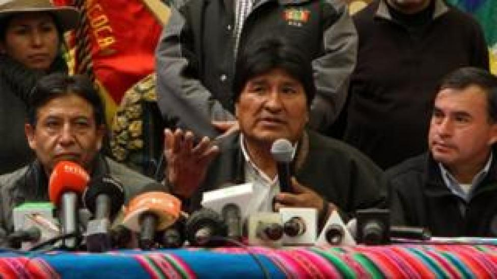 Bolivian President Evo Morales (C) speaks during a press conference accompanied by Bolivian minister of Foreign Affairs David Choquehuanca (L) and Presidency Minister Juan Ramon Quintana (R) at the infantry regiment 4 LOA near the Silala river in Bolivia, 29 March 2016.
