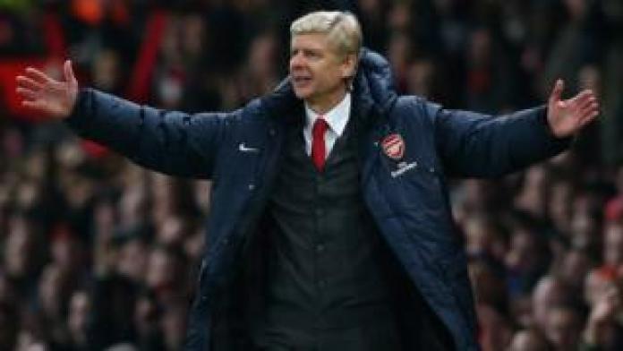 Le technicien français Arsène Wenger est resté 811 fois sur le banc d'Arsenal en tant qu'entraineur.
