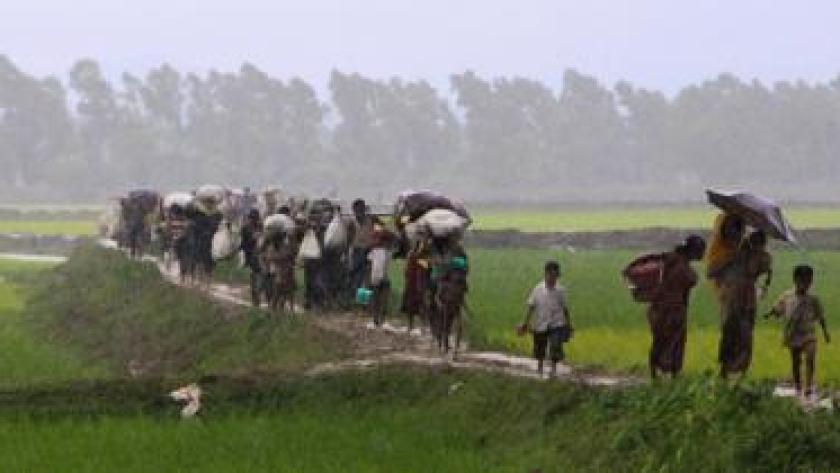 Pengungsi Rohingya dari negara bagian Rakhine di Myanmar berjalan di sepanjang jalan setapak dekat Teknaf, Bangladesh, pada Selasa (4/9).