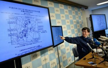 Japan Meteorological Agency (JMA) earthquake observation division Koji Nakamura points to screens during a press conference, after a strong earthquake hit off the coast of Fukushima Prefecture, at the JMA headquarters in Tokyo, Japan, 22 November 2016.