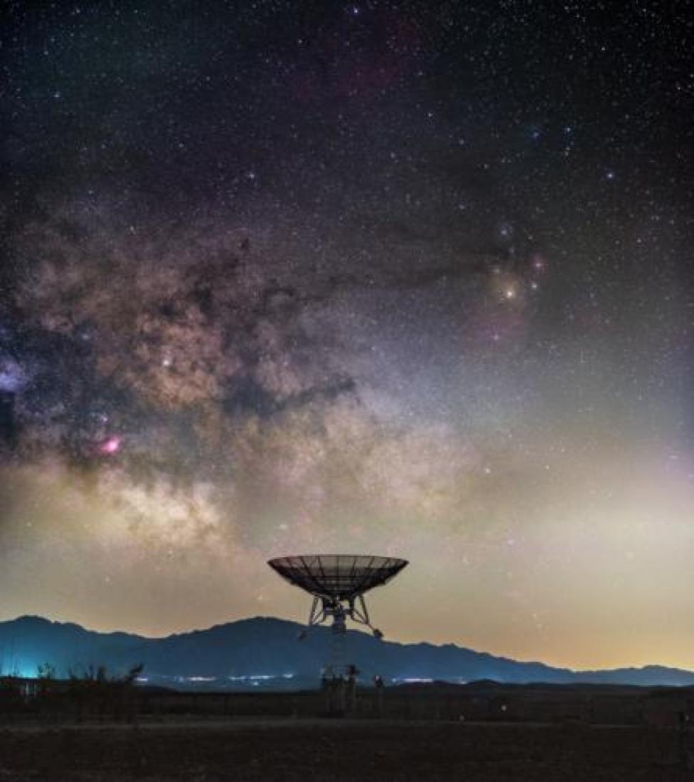 """جرة درب التبانة فوق تلسكوب لاسلكي صغير في محطة """"ميون"""" في الصين"""