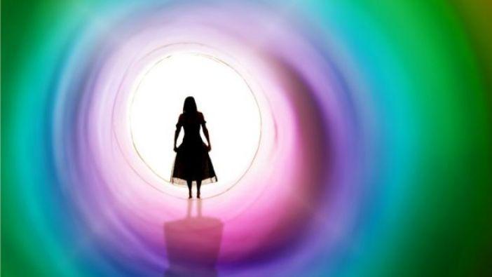 Niña en túnel con luz