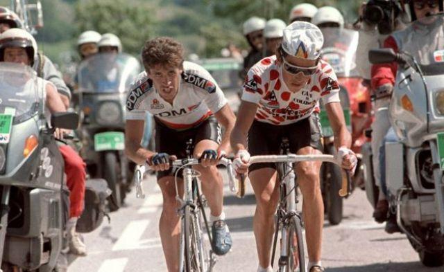 Lucho Herrera compitiendo con Perico Delgado en el Tour de Francia de 1987.