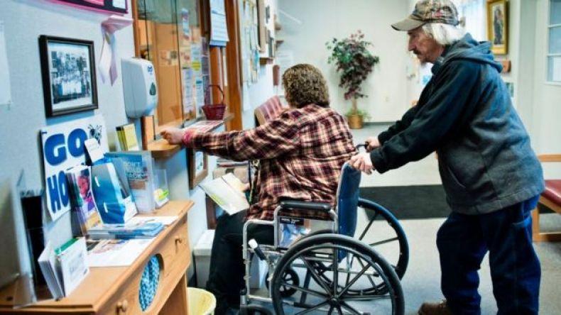 Persona en silla de ruedas.