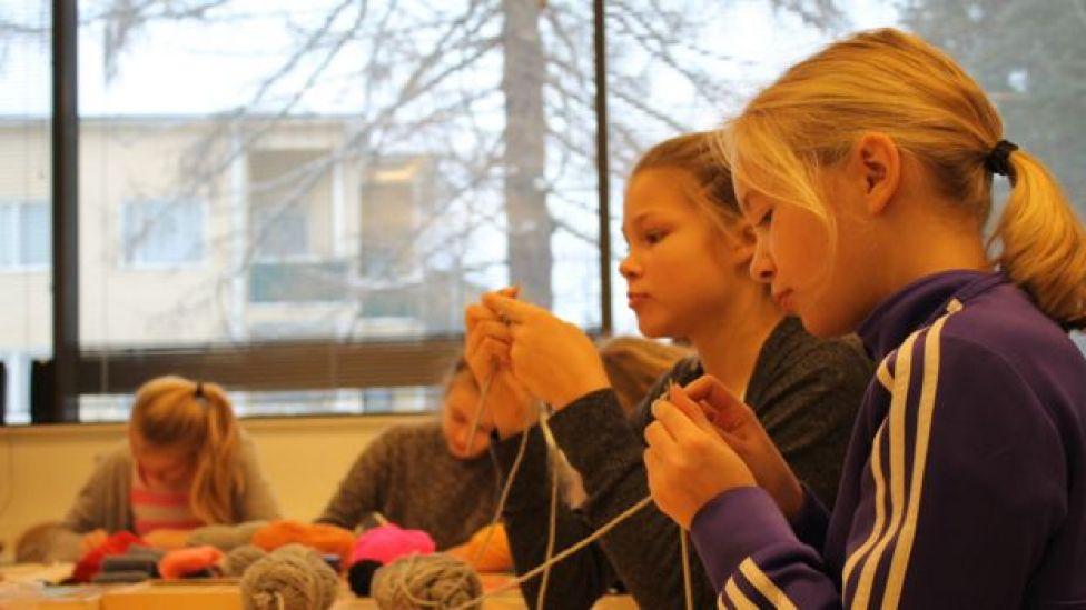 Alumnas de 12 años tejiendo en Norssi, la escuela normal de la Universidad de Jyvaskyla