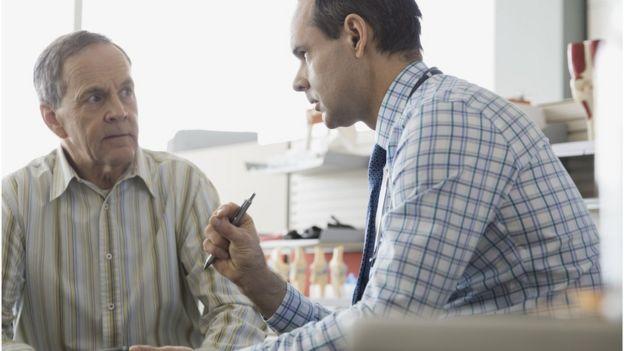 HOmbre de mediana edad hablando con el doctor