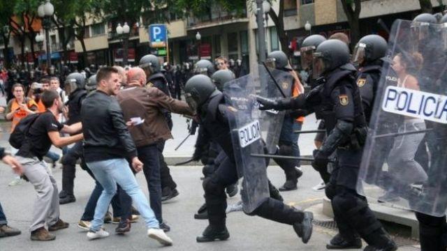 Cena de confronto entre polícia e manifestante