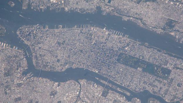 Esta foto fue tomada desde la Estación Espacial Internacional en agosto de 2014 y muestra a Manhattan como luce en la actualidad. NASA