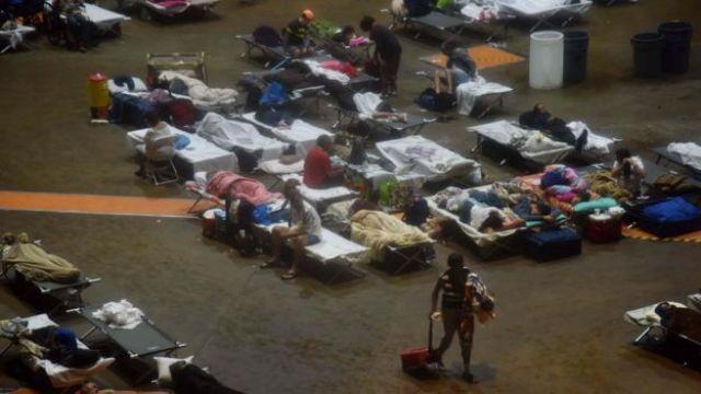 Personas en refugio en San Juan de Puerto Rico.