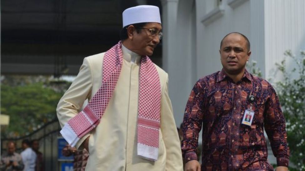 Imam Besar Masjid Istiqlal Nasaruddin Umar (kiri) meninggalkan Kompleks Istana Kepresidenen seusai mengikuti pertemuan tokoh lintas agama serta jajaran pengurus Badan Pembinaan Ideologi Pancasila (BPIP) dengan Presiden Joko Widodo di Jakarta, Rabu (16/5).