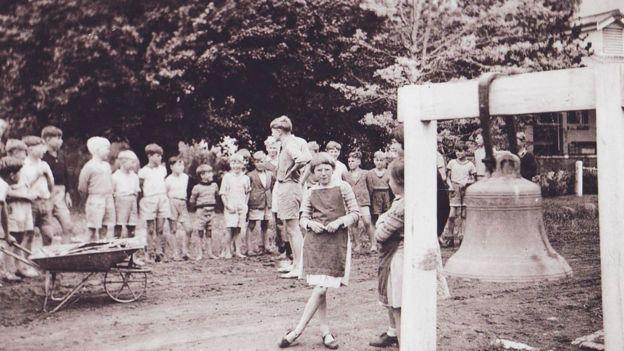 Niños reunidos en la escuela de Fairbridge en Molong. GETTY IMAGES