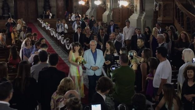 Mercedes camina por el altar