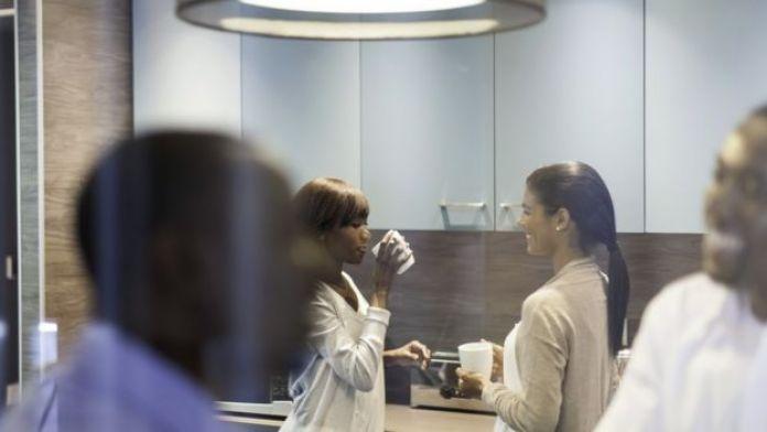 Trabajadores tomando un café en la oficina