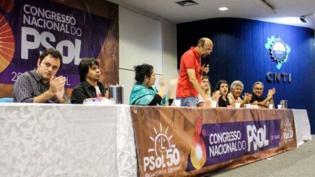 militantes do PSOL em mesa durante congresso nacional do partido