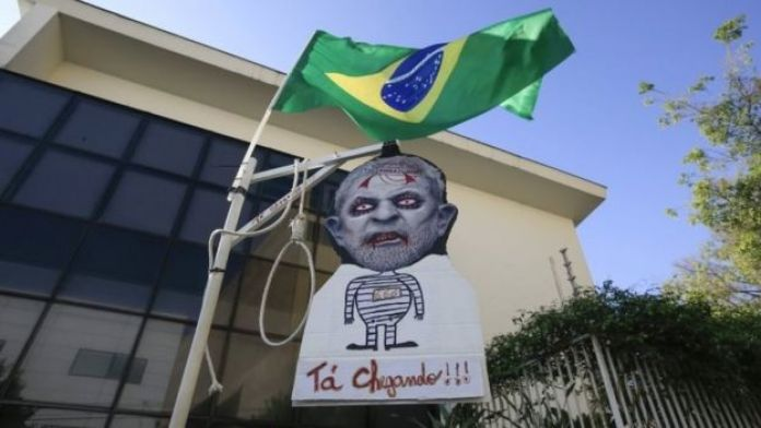 Caricatura de Luis Inácio Lula da Silva colgada frente al Instituto Lula, en Sao Paulo.