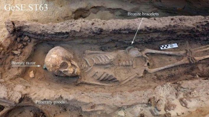عثر في القبر الثاني على طفل بعمر بين 6 إلى 9 سنوات وضع داخل تابوت خشبي