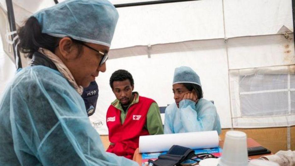 Doctora atiende a dos pacientes en carpa sanitaria