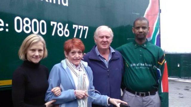 La familia de Stephen McGown junto a un miembro Gift of the Givers. (Foto: Gift of the Givers)