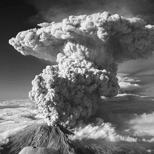 Monte Santa Helena despidiendo una espectacular columna de humo y cenizas durante la erupción de 1980