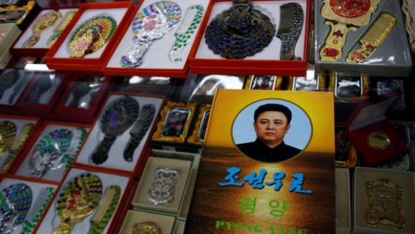 Retrato de Kim Jon il en una tienda en Dangdon, China