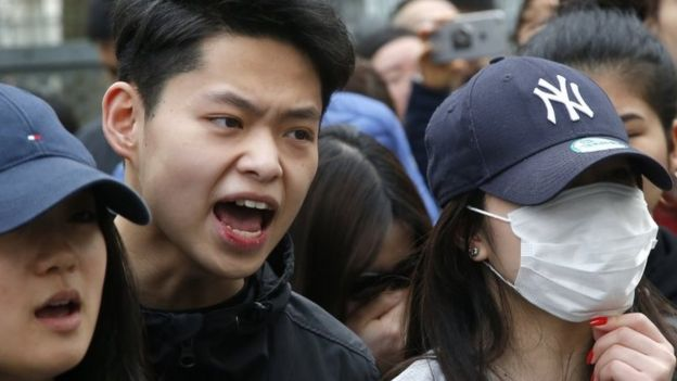Demonstrators from the Asian community protest outside the 19th district police station in Paris (28 March 2017)