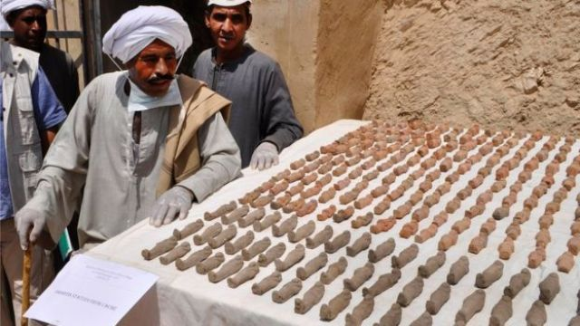 Arqueólogos muestran las figuras encontradas