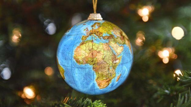 Bola de natal decorada como globo terrestre