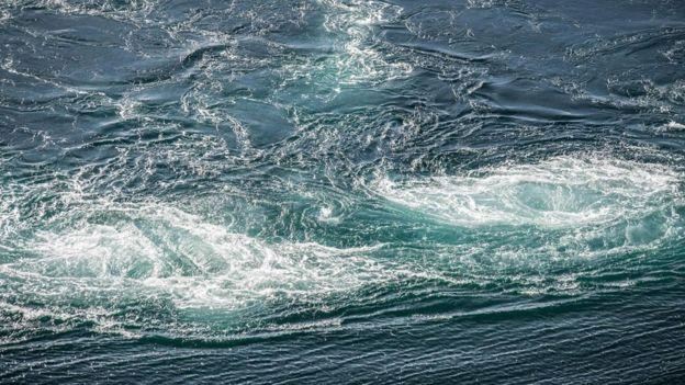 Un remolino en el mar