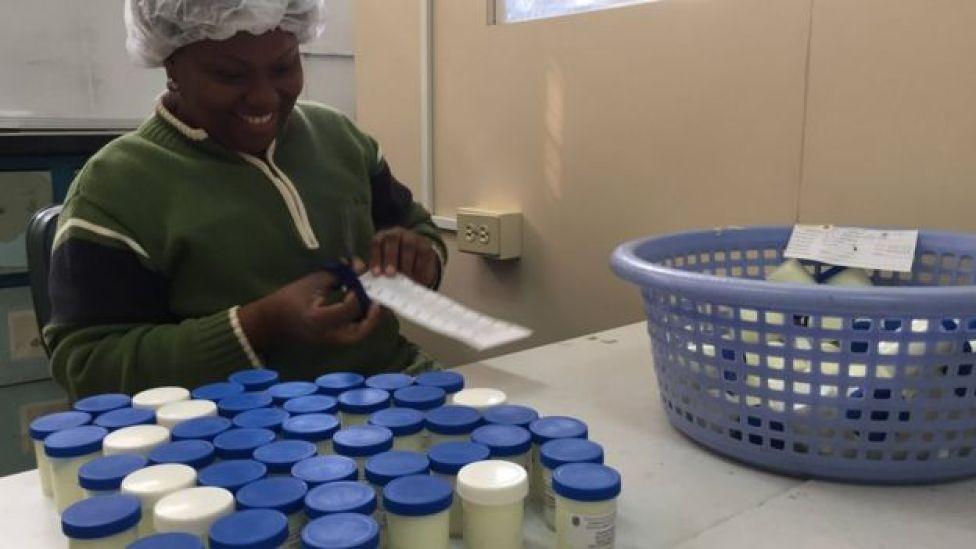 Una empleada de la Facultad de Farmacia etiqueta envases