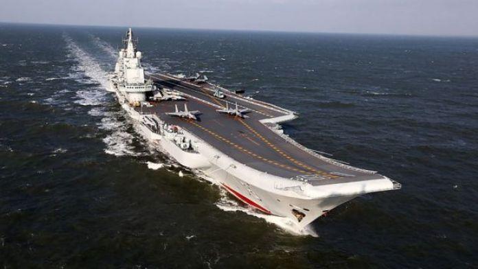 El portaaviones chino Liaoning, durante ejercicios militares en el Pacífico.