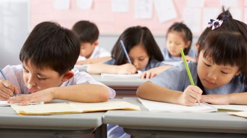 Niños chinos estudiando