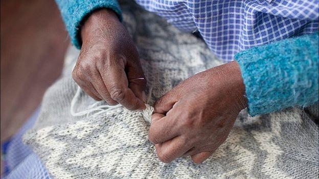 Detalhe de mãos de uma tecelã