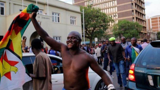 Personas celebran en la capital de Zimbabue.