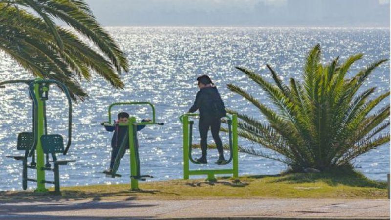 Una mujer y un niño haciendo ejercicio al aire libre en Punta del Este, Uruguay.