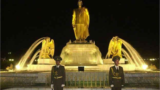 Estatua de oro de Saparmyrat Niyazov en Ashgabat