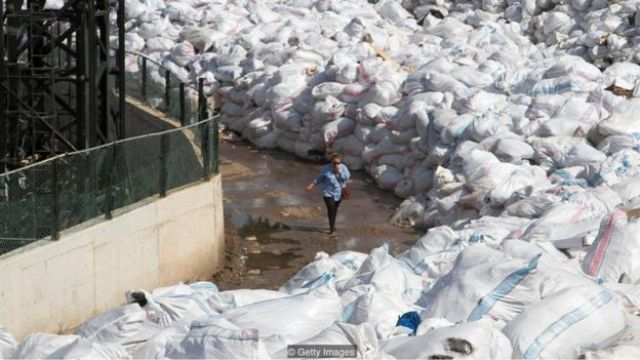 Pilhas de lixo na rua