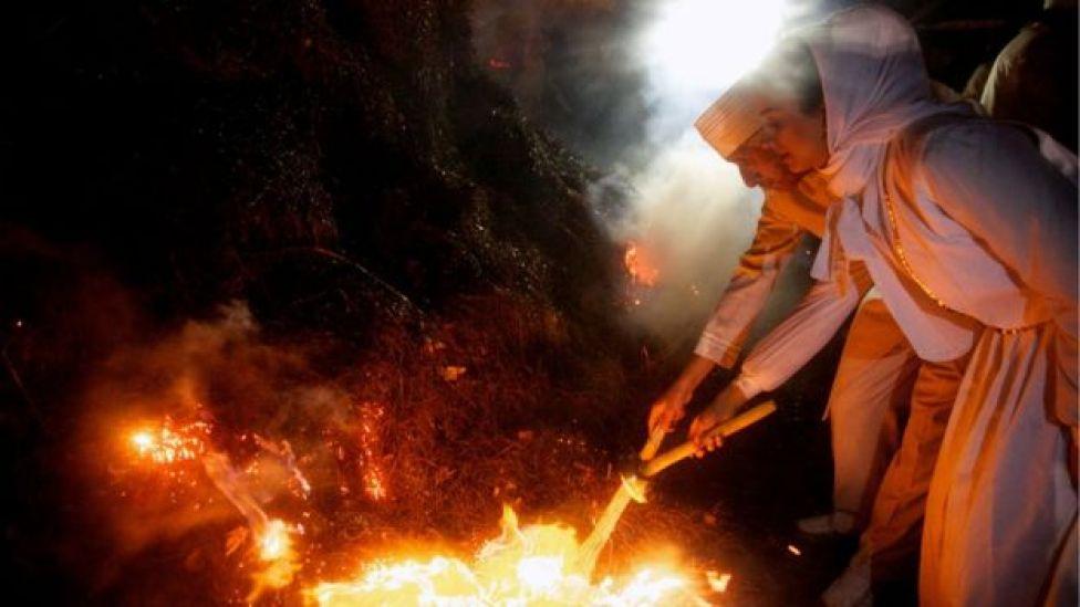 دو موبد زرتشتی در مراسم جشن سده در غرب تهران