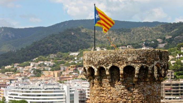 Bandera catalana en una torre