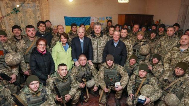 Сенаторы Маккейн и Грэм во время визита на Украину