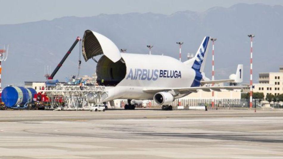 Avión Beluga con la puerta delantera abierta.