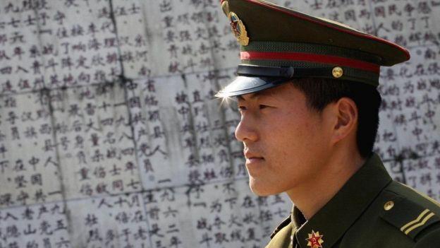 Một người Trung Quốc đi thăm Nghĩa trang Tử sĩ của Trung Quốc những người đã chết trong cuộc chiến tranh biên giới với Việt Nam.