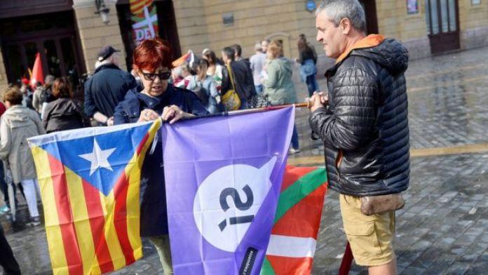Демонстранты с флагами