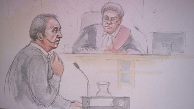 Ilustración de Ian Stewart y el juez durante el juicio.