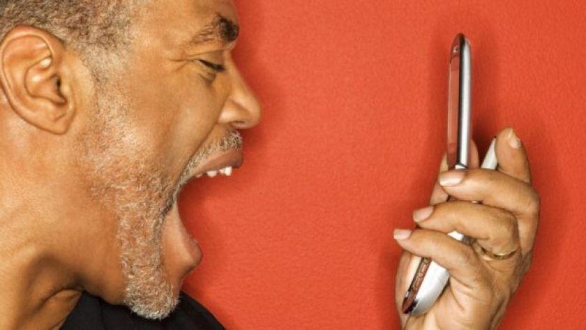 Hombre gritando al teléfono