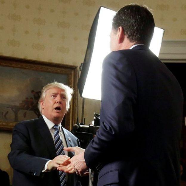 Trump dándole la mano a Comey.
