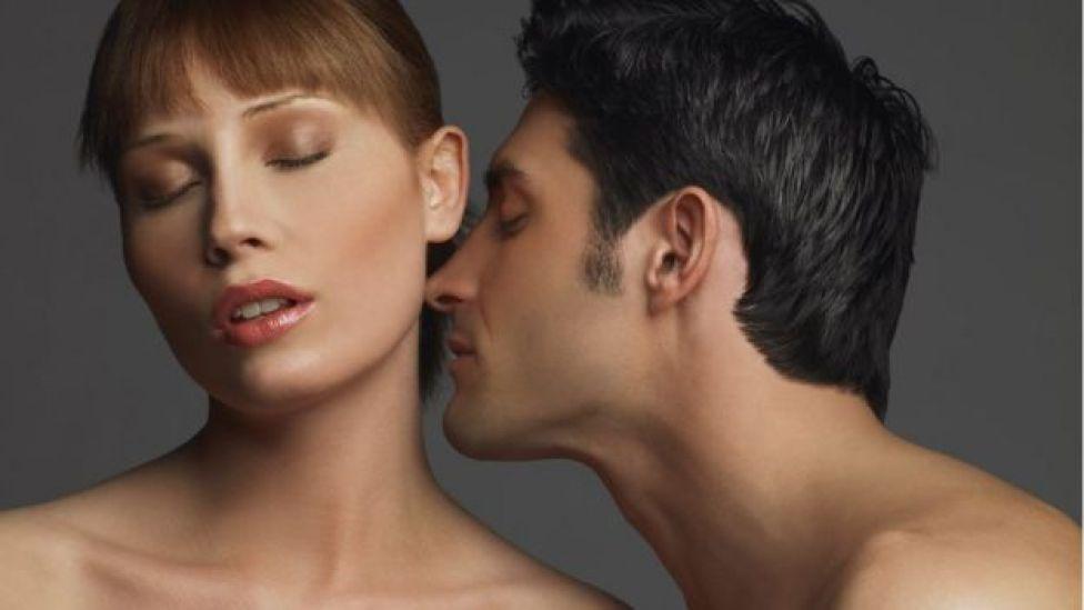 Homem beija o pescoço de mulher com olhos fechados